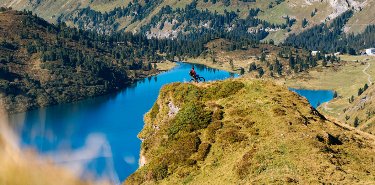 Ein Velofahrer inmitten der wunderschönen Landschaft von Engelberg.