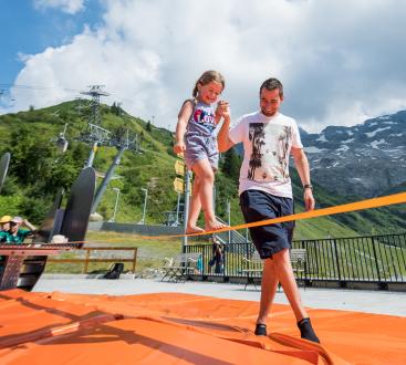 Vater und Tochter geniessen Freizeitaktivitäten in Engelberg.