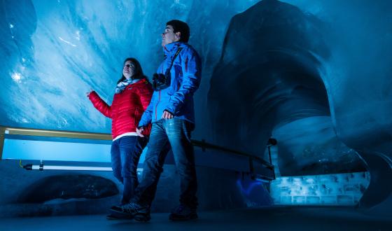Ein Paar besucht die Grotte in Engelberg.