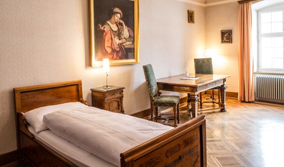 Behagliche Zimmer in der Gastabteilung Kloster Engelberg.