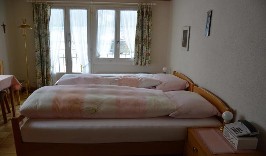 Doppelbett mit Blick zum Fenster