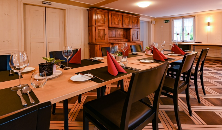 Wirtschaft Grafenort Innenansicht Saal mit gedecktem Tisch